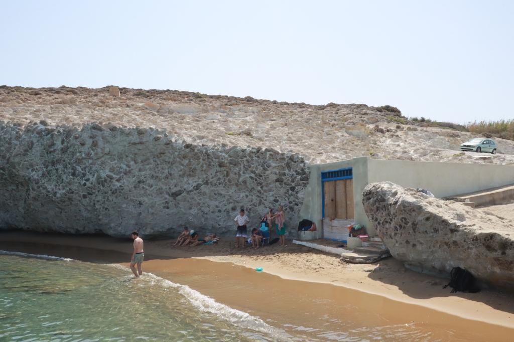 Alogomantra beach